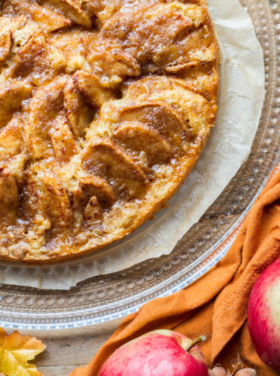 Simple Caramel Apple Pie Cake with Cinnamon Crumb Topping
